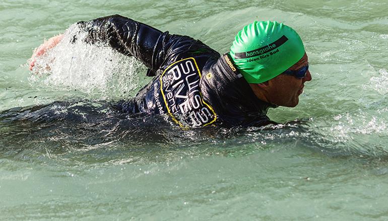 Fath schwimmt im Rhein